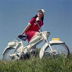 Bromfietsen. De hippe bromfiets. Merk: Puch, Skyrider. Twee versnellingen, stuurschakeling. Hoog stuur. Prijs fl. 899,- (R. Stokvis en Zonen, Rotterdam).  Nederland, 1968, onbekende locatie