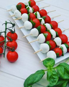 Small caprese kebabs for aperitif or takeaway picnic at . - Small caprese kebabs for aperitif or takeaway picnic at … - Kebabs, Holiday Appetizers, Appetizer Recipes, Party Food Platters, Brunch Buffet, Party Snacks, Parties Food, Keto Snacks, Antipasto