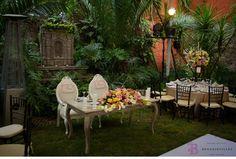 Colores cálidos y neutros podría ser la combinación perfecta para la mesa de novios el día de tu boda en San Miguel De Allende por www.bougainvilleabodas.com.mx – Wedding Planner