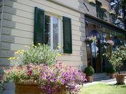 Villa Romantica -Costruito alla fine degli anni 1800 in stile liberty tra alberi secolari e un bel giardino.Il nostro bed and breakfast si trova vicino alle mura della città, a 5 minuti a piedi dal centro di Lucca, una delle più belle tesori medievali d'Italia .