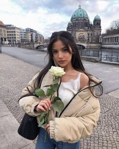 Uploaded by Rose Freckles. Find images and videos about girl, love and fashion on We Heart It - the app to get lost in what you love. Hair Inspo, Hair Inspiration, Rose Emoji, Selfies Poses, Photographie Portrait Inspiration, Aesthetic Hair, Grunge Hair, Tumblr Girls, Hairstyles With Bangs