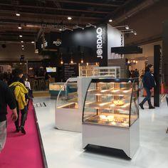 VISTA display cases@INTERSICOP2019 Displays, Display Cases, Donuts, Madrid, Design, Home Decor, Art, Retail Architecture, Display Stands
