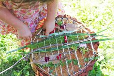 Art and Design for Kids: Natural Loom. Similar to the idea that we have seen in one of the sessions, weaving found objects to make a beautiful creative sculpture. Nature Activities, Activities For Kids, Outdoor Activities, Atelier Architecture, Backyard Games Kids, Fun Backyard, Art For Kids, Crafts For Kids, Kids Diy