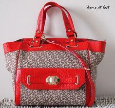 DNKY -laukku punaisilla nahkasomisteilla