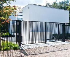 House Fence Design, Modern Fence Design, Door Gate Design, Modern Architecture House, Architectural Design House Plans, Facade Architecture, Staircase Handrail, Railings, Metal Garden Gates