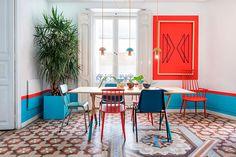 Casa colorida, decoração colorida, apartamento colorido, com cadeiras coloridas, cadeiras diferentes, plantas e parede azul.