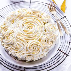 """Going #plantbased has never been so easy! """"Yesssssss first time I made a cake: Baking with #plantbasedbutter ✓Making white chocolate plant-based buttercream ✓Piping butter cream roses ✓ from Mom blogger @culinessa Rose Cake, Cream Roses, Cake Baking, Spring Recipes, How To Make Cake, White Chocolate, First Time, Plant Based, Butter"""
