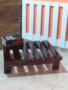 Mesa no tamanho 60 x 60 Verniz Nogueira .