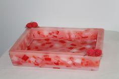 https://flic.kr/p/yUXa4u | BANDEJA RECTANGULAR QUE PARECE DE MÁRMOL – HECHA DE CERA | Bandeja rectangular que parece de mármol, hecha de cera. Sus colores son: rojo, rosa y blanco. Decorada con cuatro rosas rojas de fieltro. Tamaño: 320 x 245 x 60 mm. Con aceite esencial 100% natural de naranja dulce.  Artesanal.  También en:  www.ilmiomondoincera.com
