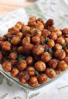 These spicy cinnamon roasted chickpeas are a definite sweet and savory crowd-pleaser for parties or a delicious snack. Slimming World Menu, Slimming World Recipes, Nibbles For Party, Appetizers For Party, Crispy Sweet Potato, Healthy Snacks, Healthy Eating, Cheese Puffs, Chickpeas