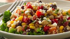 Savourez la fraîcheur de cette salade d'accompagnement colorée, composée de quinoa et de nombreux légumes.