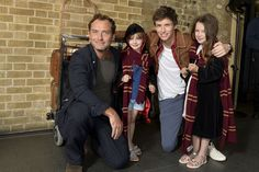 Fantastic Beasts: The Crimes of Grindelwald stars Eddie Redmayne and Jude Law surprised fans celebrating Back to Hogwarts Day at King's Cross railway station. Fans were able to pose for photos with the stars of the new Fantastic Beasts film. Mundo Harry Potter, Harry Potter Characters, Harry Potter World, Eddie Redmayne, Jude Law, Hot Actors, Actors & Actresses, Young Newt, Hogwarts