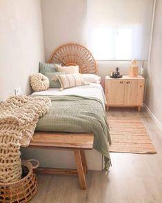 Room Ideas Bedroom, Home Bedroom, Bedroom Decor, Decor Room, Calm Bedroom, Bedroom Rugs, Bedroom Plants, Teen Bedroom, Bedroom Inspo