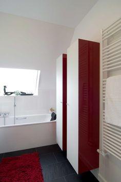 Wandhängende, Schmale Hohe Schränke Mit Roten Wänden Und Weißen Türen