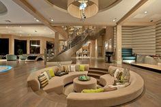 Nội thất phòng khách chìm sang trọng với bộ sofa nhạt màu
