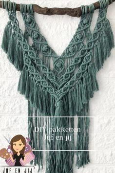 Verveel jij je of ben je op zoek naar een nieuwe hobby? Macramé is heerlijk ontspannend doordat je met je handen bezig bent en even niet met je hoofd. De macramé pakketten zijn zeer uitgebreid. Klik op de link voor meer informatie.   #DIY #macrame #ontspannen Diys, Crochet Necklace, Fashion, Crochet Collar, Bricolage, Fashion Styles, Do It Yourself, Fashion Illustrations, Diy