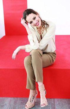 """Eva González - Blog 'Las Tentaciones de Eva' 2012/2013 Fue elegida para presentar los Premios """"ELLE International beauty Awards"""" http://las-tentaciones-de-eva.blogs.elle.es/2013/01/18/elle-international-beauty-awards/  Pantalón Emporio Armani. La camisa es de Espirit. Los zapatos son de Jimmy Choo y el collar es de Teria Yabar."""