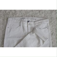 NWOT White Cropped Jeans Super soft denim. Mid rise. Never worn in excellent condition. Tommy Hilfiger Jeans Ankle & Cropped