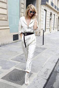 Rosie Huntington-Whiteley con mono blanco tipo boilersuit con cremallera frontal y estampado de flores y cinturón de cuero tipo fajín, ambos de primavera 2015 de Dior.