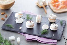 Piccole delizie salate,questi macaron salati al salmone e aneto racchiudono una spuma di salmone aromatizzata all'aneto. Ideali per un antipasto chic!