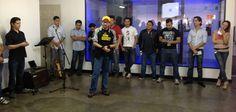 Vladimir Villatoro, miembro del equipo de AudiLab Studios, compartiendo en el Company Huddle semanal de EBclosion.