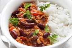 Dit recept voor chili con carne is gebaseerd op dat van Jamie Oliver, maar door de jaren heen een beetje door ons aangepast. Het resultaat is een smaakvolle chili die vanavond tijdens voetbal (Nederland-Chili) zeker niet misstaat! Snipper de uien en knoflook, en schil de wortel(s). Breek de uiteindes van de selderijstengels af, en trek …