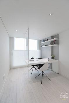 화이트와 그레이가 주는 깔끔한 인상 - 위치: 서울 송파구 신천동 - 주거형태: 아파트 - 면적: 104㎡ - 가... Bureau Design, Room Interior, Interior Design, New England Homes, Minimalist Room, Interior Architecture, Home Office, Minimalism, Living Spaces