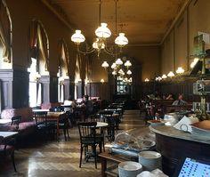 Das Cafè Sperl ist eines der ältesten Kaffeehäuser Wiens (seit 1880) und bietet alles, was die Frühstückerin von Welt sich von einem traditionellen Wiener Kaffeehaus erwartet. Coffee Shop, Restaurants, Keep Calm And Drink, Top Place, Vienna Austria, Cafe Restaurant, Places To Go, Sissi, Bakery