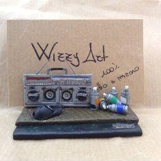 Porta biglietti da visita fatti a mano / handmade business card stand. Miniature: hip hop boombox sharp gf-777 graffito bombolette spray. Wizzy Art di Tiziana Candito Polymer clay, fimo handmade