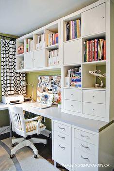 La estantería a customizar es el mod. Kallax, de Ikea. Mira lo que hicieron en Rambling Renovators: la colgaron en la pared y le añadieron cajones, puertas y un tablero a modo de escritorio.
