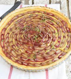 Rabarbertaart met custard, maak je in een handomdraai met Tante Fanny Vers Quiche-en Taartdeeg. Kijk op de website voor nog meer lekkere recepten.