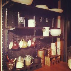 5連になっている吊り下げフックを使ってマグカップを素敵に収納!黒の有孔ボードがシックでお洒落。 Tiny Shop, Industrial Apartment, Loft House, Kitchen Interior, My Room, Home Kitchens, Diy And Crafts, House Design, Furniture