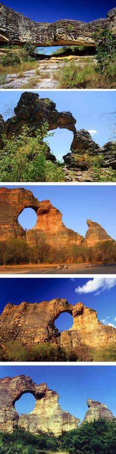 Formações rochosas de Seven Cities, Piaui, Brazil, e a Pedra Furada. A pedra mais famosa do estado do Piauí, que fica localizada no Parque Nacional Serra da Capivara