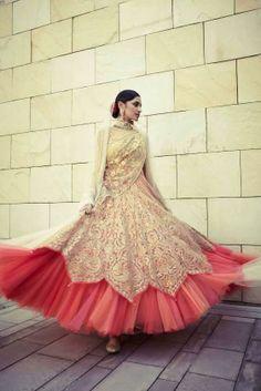 Tarun Tahiliani, an Indian fashion designer, is no stranger to the fashion industry. Checkout Tarun's Latest Anarkali suits and Salwar Kameez Designs! India Fashion, Ethnic Fashion, Asian Fashion, Look Fashion, Pakistani Dresses, Indian Dresses, Indian Outfits, Tarun Tahiliani, Saris