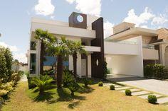 Com arquitetura moderna, funcional e com muita iluminação natural, a integração dos ambientes foi o foco principal no projeto idealizado pelo arquiteto Cesar Mariot para esta residência de 300 m².