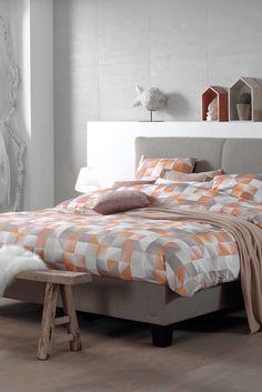 Een Scandinavisch klassiek of modern interieur? Combineer geometrie met geeltinten. Het #dekbedovertrek Oregon Gold voelt als de eerste zonnestralen op je huid.  Tip: Accessoires uit natuurlijke materialen maken je kamer extra sfeervol. #trends #slaapkamer #bedroom #scandinavian
