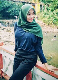Setahunbaru: Happy Hijab Girl Has a Love Arab Girls Hijab, Muslim Girls, Beautiful Muslim Women, Beautiful Hijab, Hijabi Girl, Girl Hijab, Muslim Fashion, Hijab Fashion, Moslem