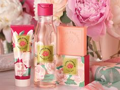 Show the women in your life how much they mean to you with a set of perfect gifts. The undeniable aroma of the peonies reinvigorate and inspire, for unforgettable moments. Make this an unforgettable day. A magnificent collection of Oriflame for those who like to cover themselves with flowers even during the