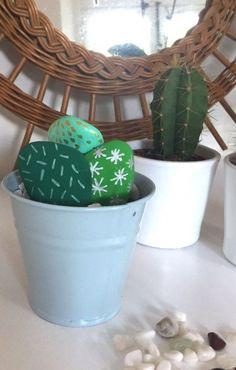 DIY : des cactus réalisés avec des galets. Le tuto facile pour un bricolage parfait à faire avec les enfants. #DIY #tuto #bricolage #enfant #cactus #déco #peinture #galet #vacances #plage #Ludikid #aufeminin Cactus, Decoration, Planter Pots, Parfait, Dit, Painting, Mandala, Painted Pebbles, Stones