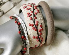 Bangle set bracciale beige di fiori bianchi di AleksPolymer