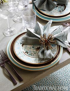Divine dinnerware in brown and light blue ensures a memorable meal. - Photo: Werner Straube / Design: Sean Bruns and Judy Hadlock