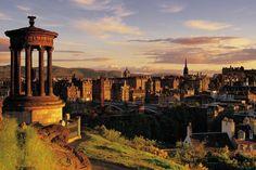 Aninhada ao lado de vulcões extintos há muito e construída sobre sete colinas, Edimburgo tem uma paisagem espetacular e escarpada. A cidade em si é visualmente impressionante: edifícios medievais n…