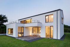 Garage direkt am Haus mit überdachtem Eingang | Style & House ...