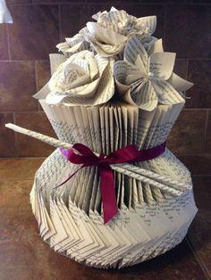 livres pliés, un vase origami avec des fleurs