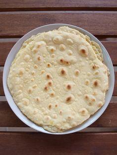 A mexikóiak híres lepénye a tortilla igen népszerű szerte a világban. Készülhet kukoricalisztből, búzalisztből, teljes kiőrlésű lisztből vagy ezek valamilyen kombinációjából. A mérete általában tányér nagyságú, ha ennél kisebb, az már a taco.A tortilla lapokat házilag is nagyon egyszerűen és gyorsan el lehet készíteni. Íme, egy ropogósabb verzió, de nyugodtan lehet kísérletezni, attól függően ki …