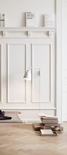 Een hoge lambrisering met bovenop een rand. Handig voor mooie accesoires! ♡ MD ++