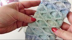 Ein Muster so einfach zu stricken und dennoch so wandelbar wenn es getragen wird…, A pattern so easy to knit and yet so changeable when worn … Crochet Mittens Pattern, Baby Knitting Patterns, Baby Patterns, Crochet Patterns, Knitting Socks, Knitting Stitches, Old Fashioned Cherries, Dou Dou, Diy Scarf