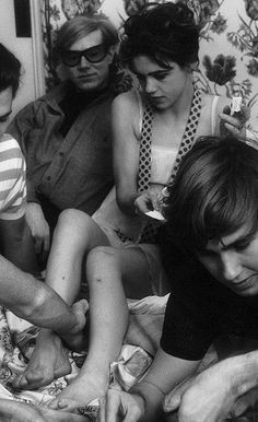 The poor darling with all those cuts on her leg! Andy Warhol, Beatnik Style, 60s Style, Style Icons, Barbara Palvin, Bob Dylan, Patti Smith, Poor Little Rich Girl, Edie Sedgwick