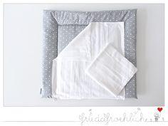 Wunderschöne Wickelauflage gefertigt mit einer wasserabweisenden Seite aus beschichteter Baumwolle, so das man auch mal schnell was wegwischen kann, wenn etwas daneben geht.  Zwei Moltontücher zum...