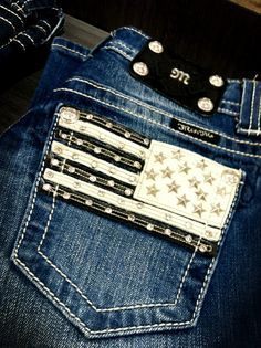 Miss Me jeans with studded American flags! I want these!You can find Miss me jeans and more on our website.Miss Me jeans with studded American flags! I want these! Cute N Country, Country Girl Style, Country Fashion, Country Chic, Cute Jeans, My Jeans, Miss Me Jeans, Bling Jeans, Cowgirl Jeans
